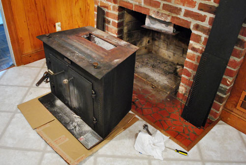 The beginning of a fireplace makeover removing a woodstove insert okay so it was less of a perky ta dah and more of a grunting ohmygoodness because that beast was heavy but as you can see we managed to shimmy bart solutioingenieria