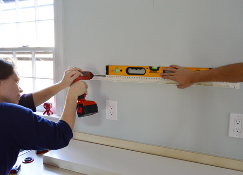 making sure Ikea floating shelf hanging bracket is level while screwing it to the wall
